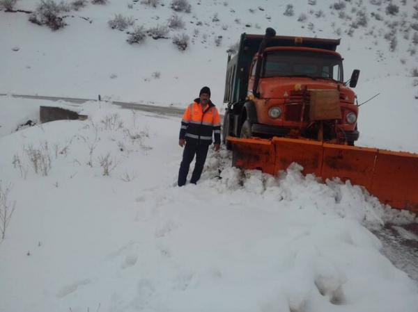 راهداران در حال برف روبی گردنه گله بادوش لرستان، راه های اصلی استان باز است